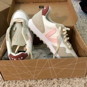 BRAND NEW Veja sneakers, size 7